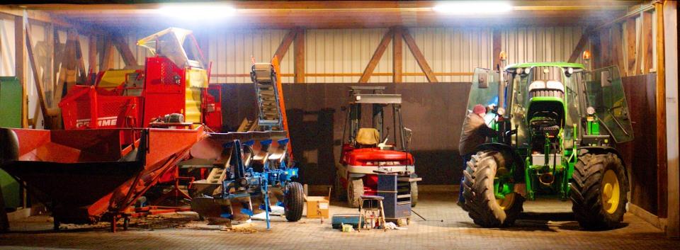Wartung der Maschinen im Winter auf dem landwirtschaftlichen Betrieb