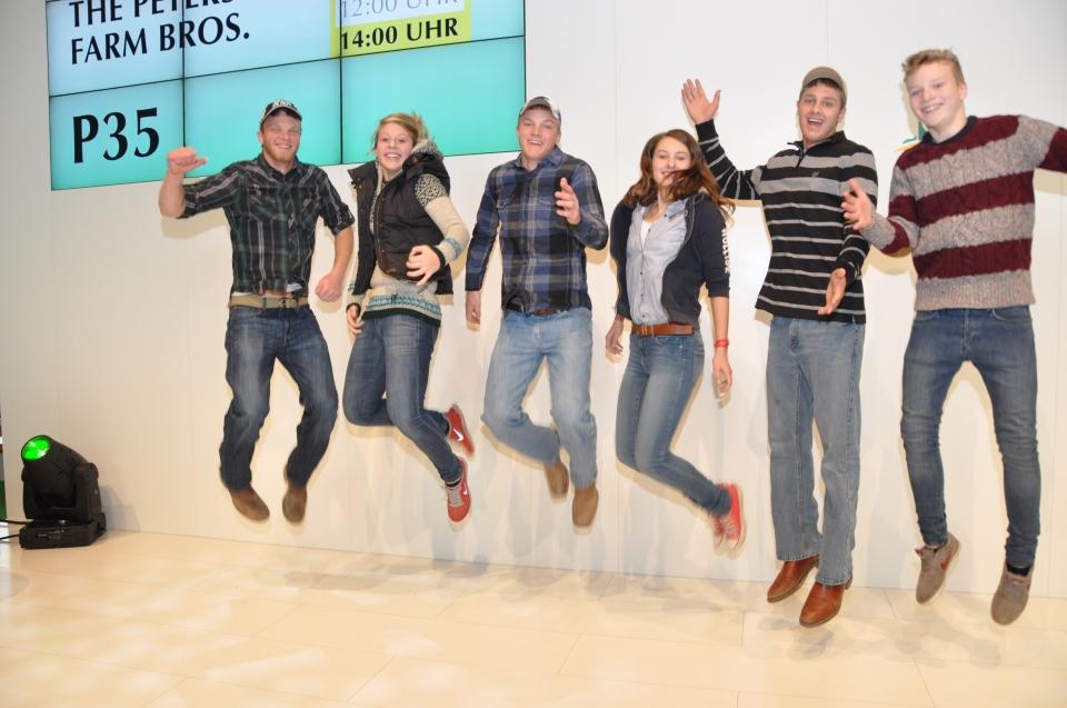 Peterson Brothers und die gewinner von Clip my Farm auf der AGRITECHNICA Bühne