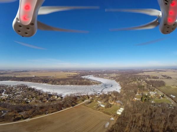 Aufnahme einer nach vorne fliegenden Drohne