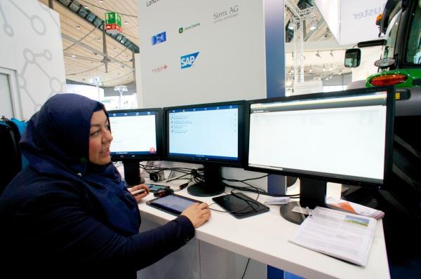 John Deere und DFKI Software zur Flottensteuerung Projektleiterin Zeynep Tuncer CeBIT 2014