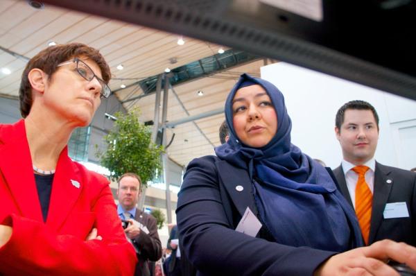 Zeynep Tuncer mit der Ministerpräsidentin des Saarlandes Annegret Kramp-Karrenbauer CeBIT 2014