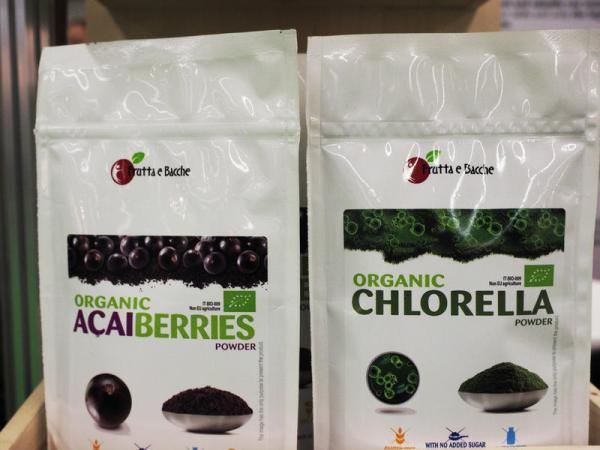 Exotische Früchte und Algenkonzentrat in Hochglanztüten. (Foto: Krick)